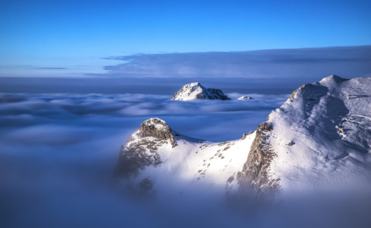 Berge mit Nebel 530x326 - Lech-Zürs am Arlberg
