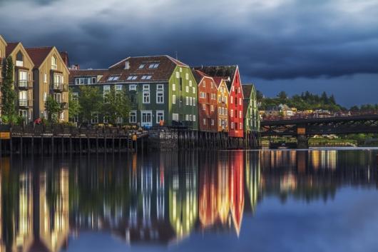 Wasserspiegelung bunter Häuser in Norwegen 530x353 - Startseite